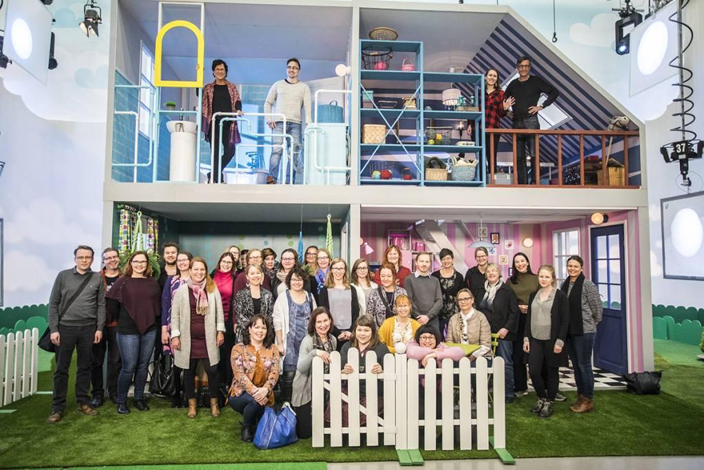 VIestinnän ja markkinoinnin porukan ryhmäkuva Pikku Kakkosen studiolla Tohlopissa helmikuussa 2019